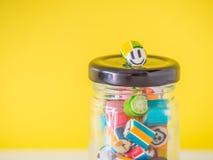 Zbliżenie przy smiley twarzy cukierku trzciną stawiającą na wierzchołku szklany słój Fotografia Stock