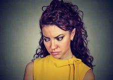 Zbliżenie przygnębiona smutna kobieta patrzeje w dół Zdjęcie Stock