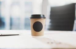 Zbliżenie pusta rzemiosło papieru filiżanka na drewnianym stole Przestrzeń dla ciebie reklamuje Horyzontalny mockup, zamazujący fotografia stock