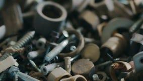 Zbliżenie różnorodne narzędzia skowy, dokrętki, rygle, wyrwanie i inny, wyszczególnia i narzędzia mistrz bierze wyrwanie zbiory