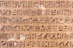 Zbliżenie różnorodni egipscy hieroglify obraz stock