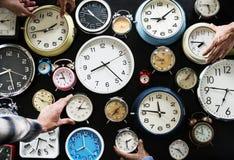 Zbliżenie różnorodni zegary na czarnym tle zdjęcie stock