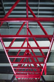 Zbliżenie różowi horyzontalni bary dla treningu, cylindryczni ciemnopąsowi metali bary na lekkim srebrzystym tle Obrazy Stock