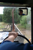 Zbliżenie ręk traktorzysty chwyta średniorolna kierownica obszar Fotografia Stock