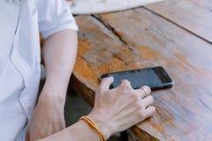 Zbliżenie ręka azjata obsługuje używać telefon komórkowego Zdjęcie Royalty Free