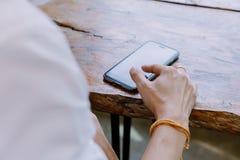 Zbliżenie ręka azjata obsługuje używać telefon komórkowego Obraz Stock