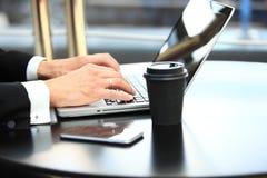 Zbliżenie ręka biznesowy mężczyzna używa laptop dla pracy przy biurem Zdjęcie Royalty Free