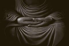 Zbliżenie ręka Buddha w zmroku Zdjęcie Stock