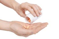 Zbliżenie ręka trzyma biel pigułki i paczkę Fotografia Royalty Free