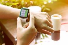 Zbliżenie ręka używać zegarka czeka zapasu finanse Fotografia Stock