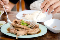 Zbliżenie ręki żaba jeść kurczak polewkę i łyżka Obrazy Royalty Free