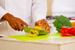 Zbliżenie ręki ciie kolorowych warzywa w fachowej kuchni szef kuchni, biały tło Obraz Royalty Free