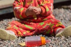 Zbliżenie ręki dziecko z butelką Zdjęcia Royalty Free