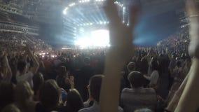 Zbliżenie ręki klascze w powietrzu Sylwetki wiele ludzie cieszy się koncert zdjęcie wideo