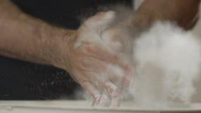 Zbliżenie ręki klascze z biel kredy proszkiem Atlet klaśnięć ręki z talku proszkiem zdjęcie wideo