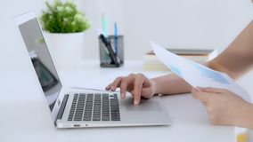 Zbliżenie ręki kobieta pracuje i pisać na maszynie z laptopem przy biurem zbiory