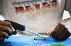 Zbliżenie ręki lutowania cyna na elektronika obwodu desce zdjęcia royalty free