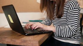Zbliżenie ręki młoda atrakcyjna dziewczyna używa laptop w nowożytnym początkowym biurze Zdjęcie Stock
