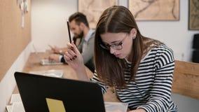 Zbliżenie ręki młoda atrakcyjna dziewczyna używa laptop w nowożytnym początkowym biurze Obrazy Royalty Free