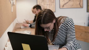 Zbliżenie ręki młoda atrakcyjna dziewczyna używa laptop w nowożytnym początkowym biurze Obrazy Stock