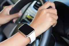 Zbliżenie ręki odzieży ręki zegarka nurkowy samochód Zdjęcia Royalty Free