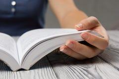 Zbliżenie ręki otwarta książka dla czytelniczego pojęcia Fotografia Royalty Free