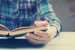 Zbliżenie ręki otwarta książka dla czytelniczego pojęcia Obrazy Stock