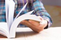 Zbliżenie ręki otwarta książka dla czytelniczego pojęcia tła Zdjęcie Royalty Free