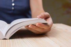 Zbliżenie ręki otwarta książka dla czytelniczego pojęcia tła Zdjęcia Royalty Free