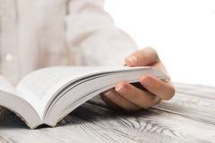 Zbliżenie ręki otwarta książka dla czytelniczego pojęcia tła Zdjęcie Stock