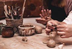 Zbliżenie ręki pracuje na ceramicznym kole Fotografia Royalty Free