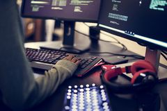 Zbliżenie ręki pracuje na komputerowej klawiaturze Fotografia Stock