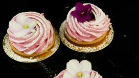 Zbliżenie ręki wp8lywy marshmallow różowi ciastka od małej grupy jeden po drugim zbiory