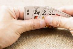 Zbliżenie ręki z karta do gry Zdjęcia Stock