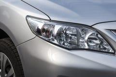 Zbliżenie reflektory nowoczesny samochód Pojęcie drogi samochód zdjęcia stock