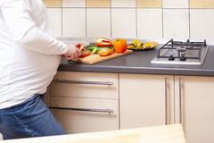 Zbliżenie Robi sałatki z warzywami Ciężarna kobieta Zdjęcia Stock
