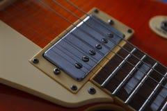 Zbliżenie rocznik gitara elektryczna Szczegół, selekcyjna ostrość sztuki pięknej kamery oczu mody pełne splendoru zieleni klucza  Fotografia Stock