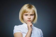 Zbliżenie Rozważna dziewczyna z ręką przy głową odizolowywającą na szarość fotografia royalty free
