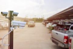 Zbliżenie ruch drogowy kamery bezpieczeństwa inwigilaci CCTV na samochodowym parking Obraz Stock