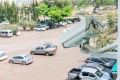 Zbliżenie ruch drogowy kamery bezpieczeństwa inwigilaci CCTV na samochodowym parking tle Obrazy Royalty Free