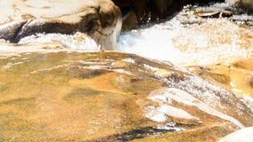 Zbliżenie rzeki kaskady Mała woda Bryzga światło słoneczne zbiory