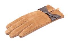 Zbliżenie rzemienna zamszowy rękawiczka dla kobiety. Biały tło Zdjęcie Stock