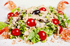 Zbliżenie sałatka z garnelą, pomidorami i oliwkami, Zdjęcie Royalty Free