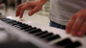 Zbliżenie samiec ręki bawić się pianino Mężczyzna bawić się zbiory wideo