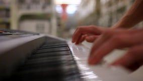 Zbliżenie samiec ręki bawić się pianino Mężczyzna bawić się zbiory