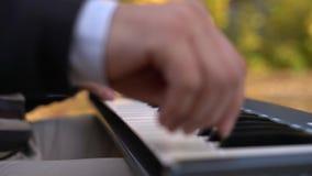 Zbliżenie samiec ręki bawić się pianino Mężczyzna bawić się syntetyk klawiaturę zbiory wideo