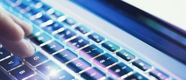 Zbliżenie samiec wręcza pisać na maszynie na laptop klawiaturze przy biurem Wizualni skutki, racy szeroki fotografia stock