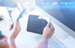 Zbliżenie samiec wręcza trzymać nowożytną cyfrową pastylkę Pojęć ludzie biznesu używa mobilnych gadżety Ikona dalej i diagramm Obrazy Royalty Free