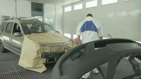 Zbliżenie Samochodowa czapeczka na stojaku przeciw mechanikom Naprawia samochód zdjęcie wideo