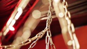 Zbliżenie set przeplatający łańcuchy na jaskrawym czerwonym tle zdjęcie wideo